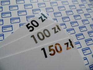 Białe karty podarunkowe z nadrukowaną kwotą