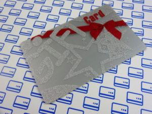 Karta podarunkowa ze srebrnego PVC z zadrukiem srebrem metalicznym
