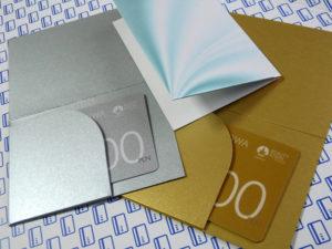 Karty podarunkowe ze złotą i srebrną kopertą